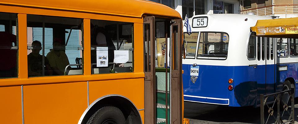 To μουσειακό τρόλεϊ 704, ξανά στους δρόμους του Πειραιά! Μαζί του το Scania Vabis B7157 Φίτσιος.